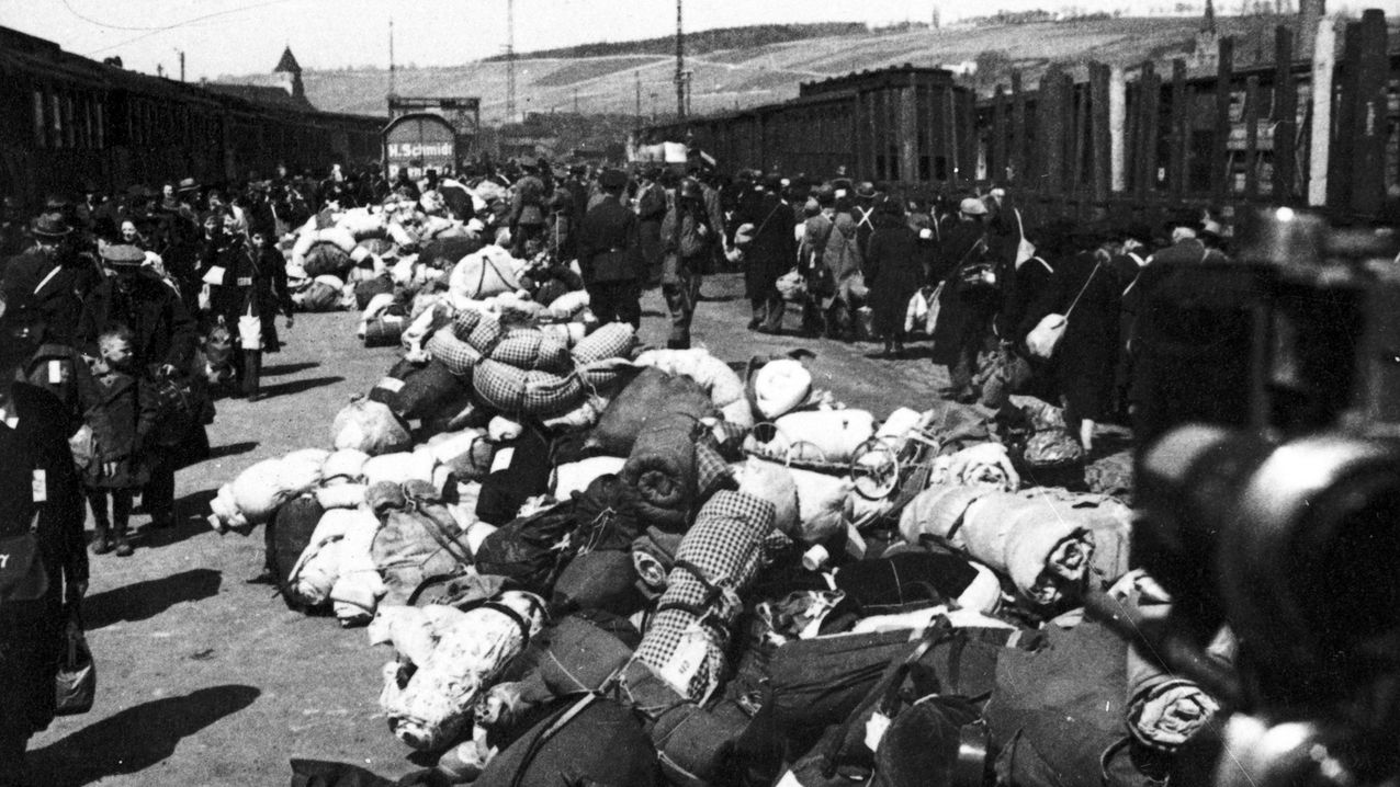 """Juden werden am Würzburger Güterbahnhof """"Aumühle"""" deportiert."""