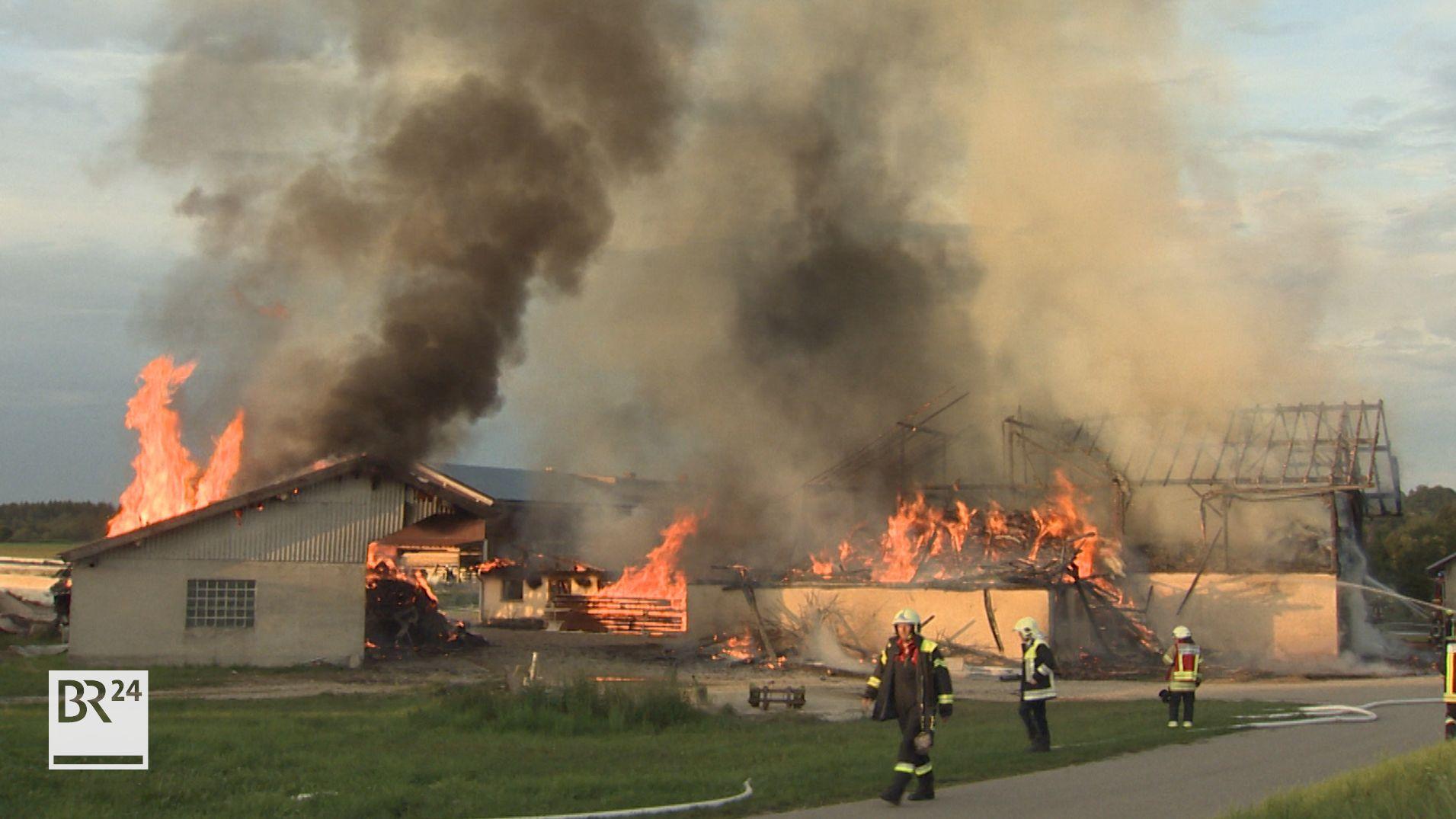 Flammen schlagen aus mehreren Gebäuden eines Bauernhofs in Edling.