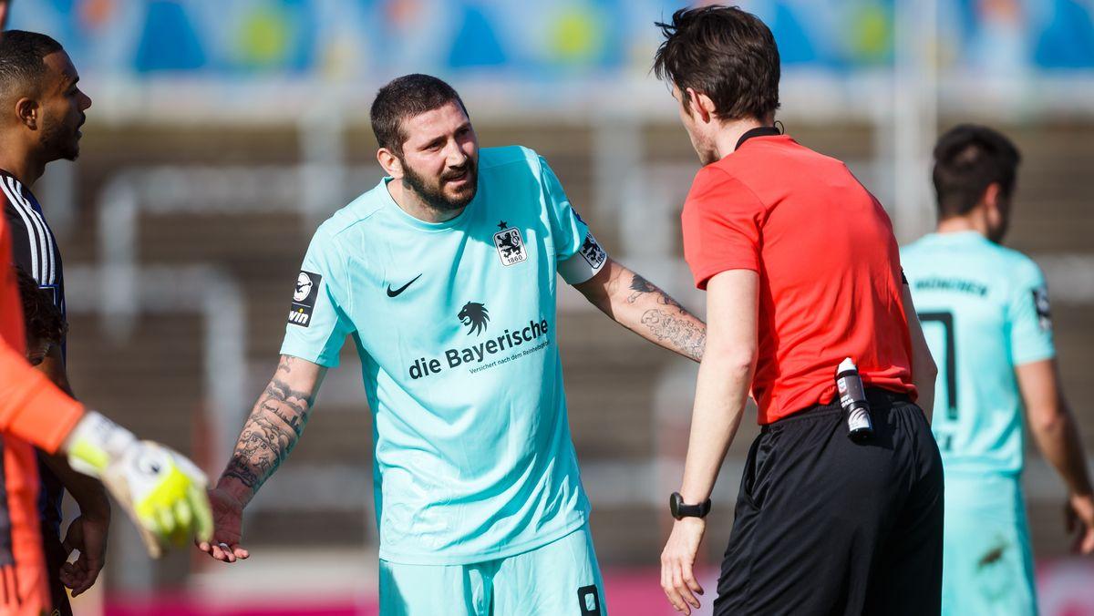 Sascha Moelders (TSV 1860 Muenchen) diskutiert mit Schiedsrichter Matthias Joellenbeck (Freiburg)