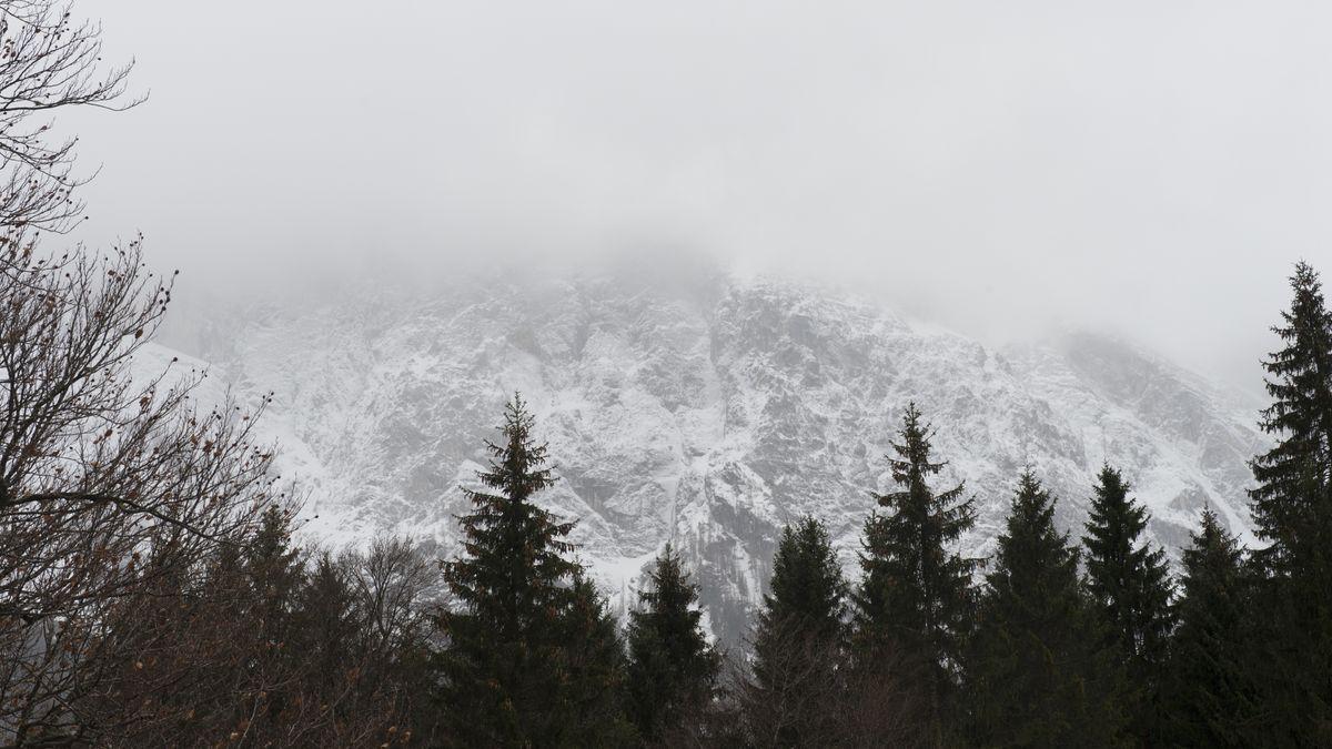 Der verhüllte Gipfel der Zugspitze, aufgenommen bei starkem Schneetreiben.