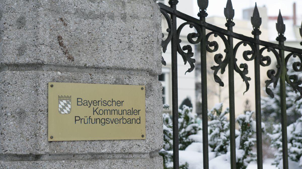 Schild am Eingang: Bayerischer Kommunaler Prüfungsverband.