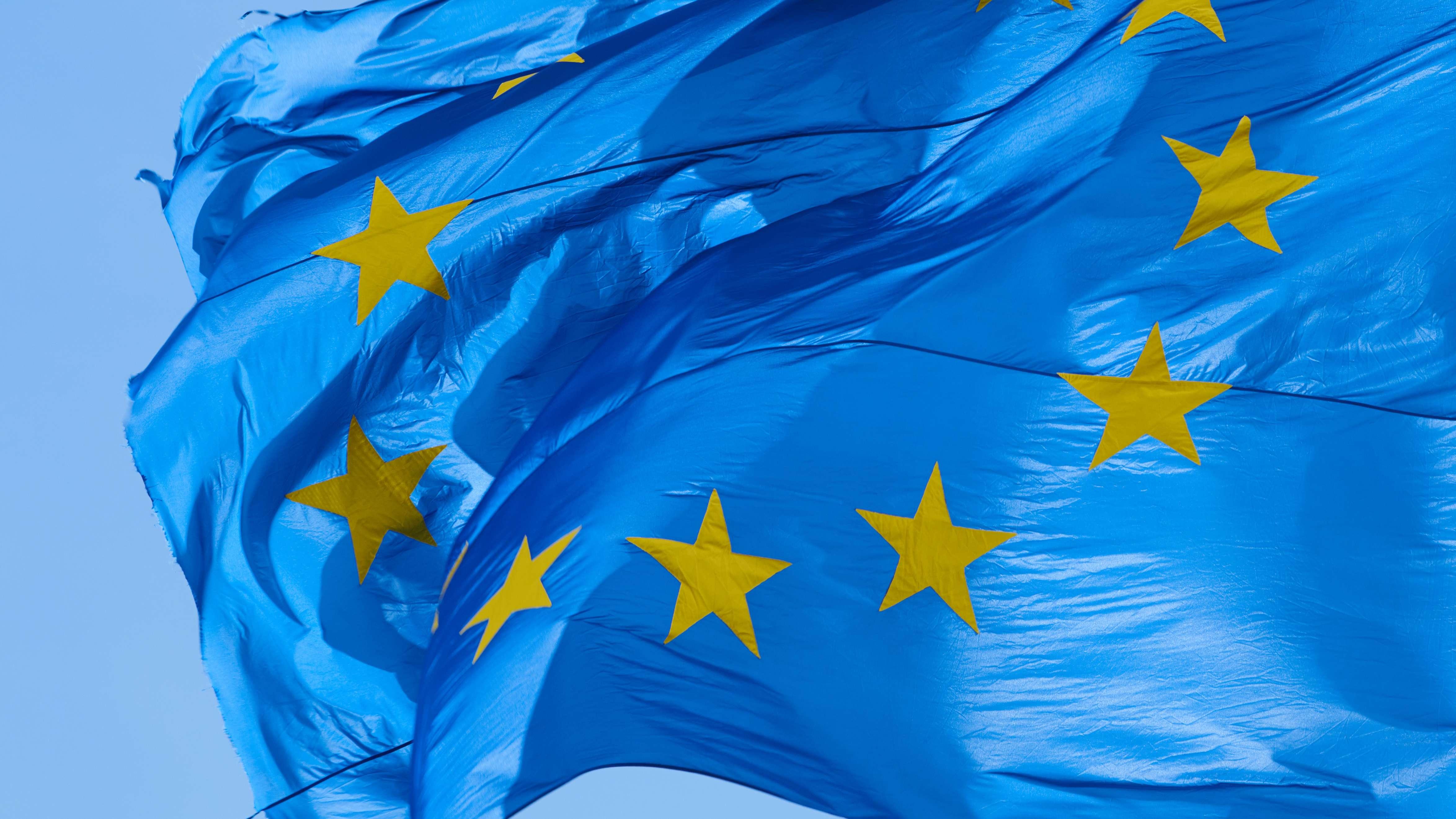 """Europas Flagge im Wind: ein Sinnbild für stürmische Zeiten. Ian Kershaw erzählt die Geschichte unseres Kontinents in seinen großen Büchern """"Höllensturz"""" und """"Achterbahn""""."""