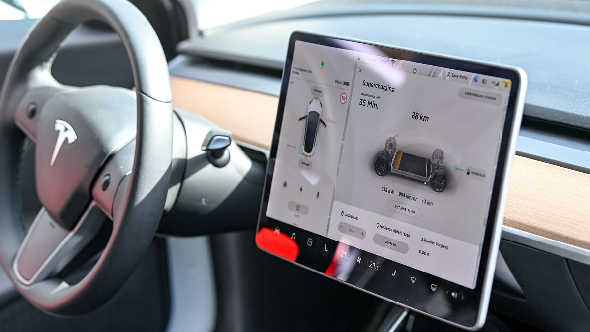 Datendisplay in einem Tesla-Cockpit