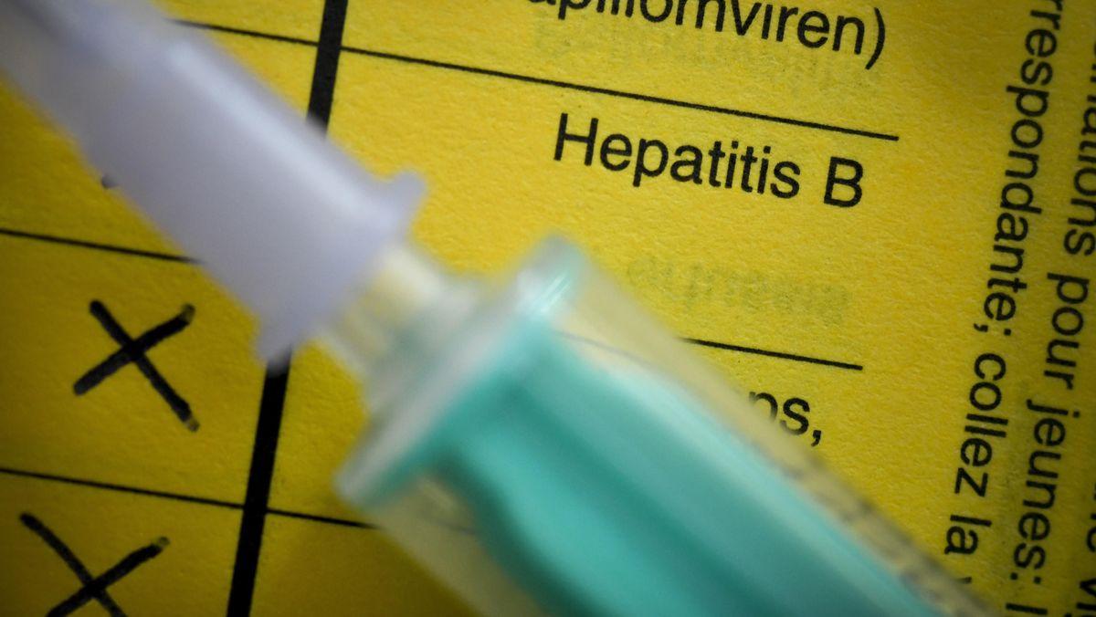Impfpass mit Spritze