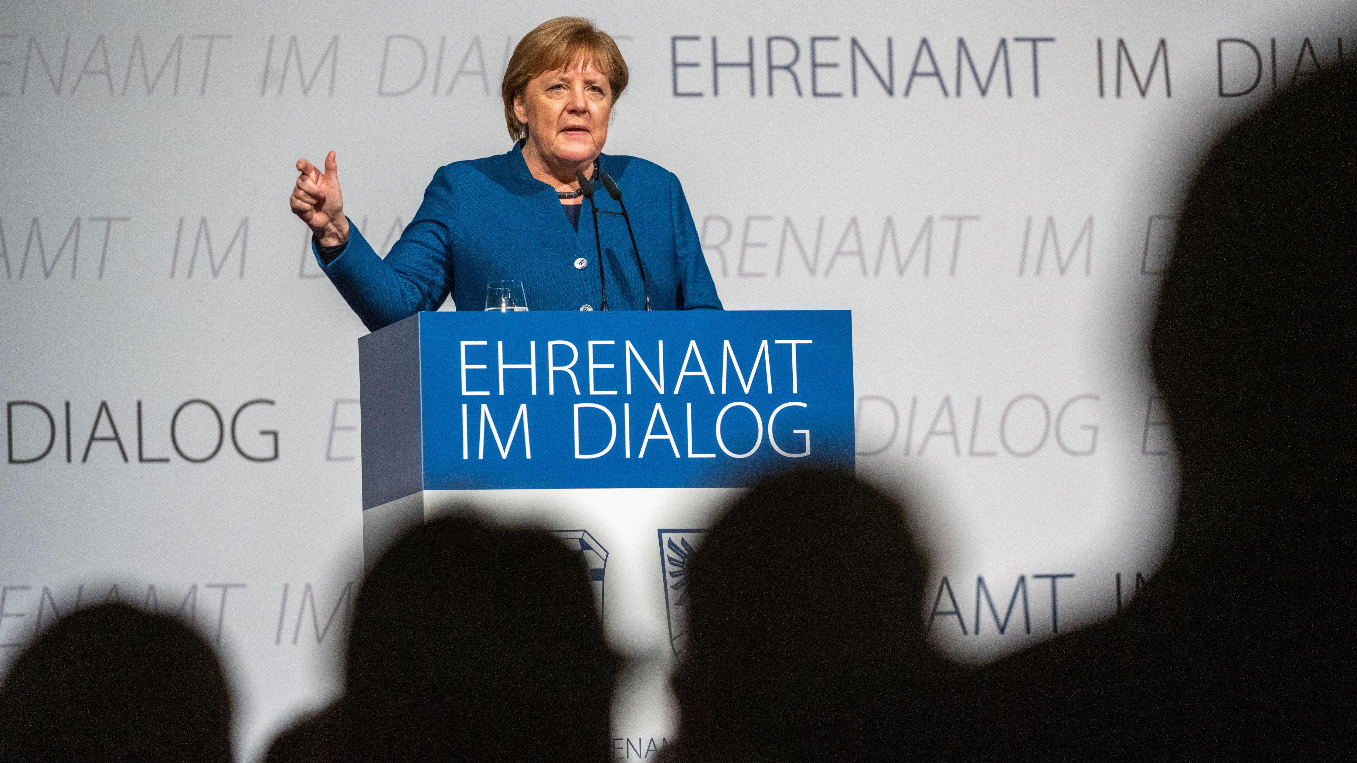 Angela Merkel auf dem Podium in Deggendorf