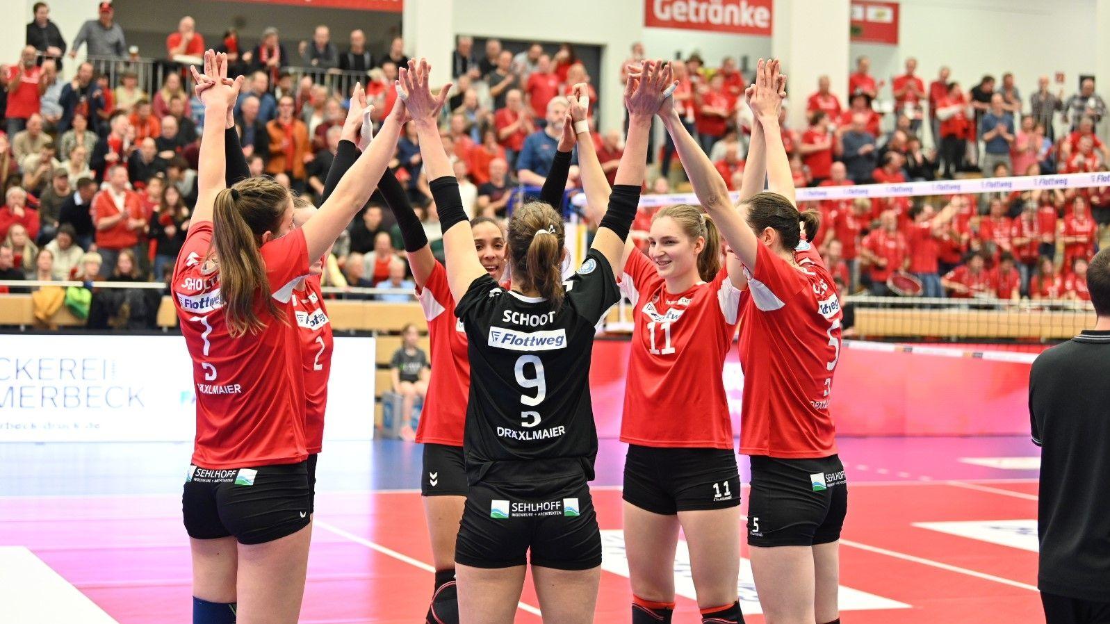 Die Roten Raben freuen sich in der Ballsporthalle in Vilsbiburg über ihren Heimsieg
