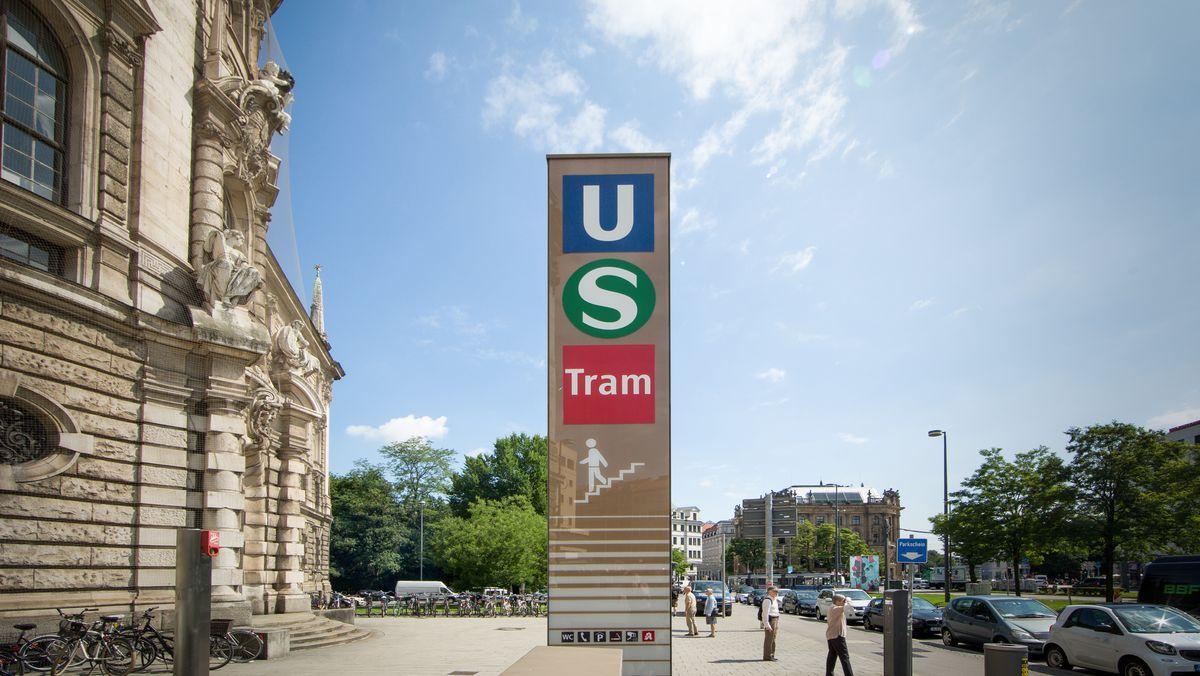 Unterführungsschild zur U-Bahn, S-Bahn und Tram am Justizpalast in München