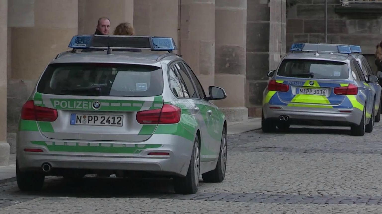 Polizeiwagen vor Gerichtsgebäude