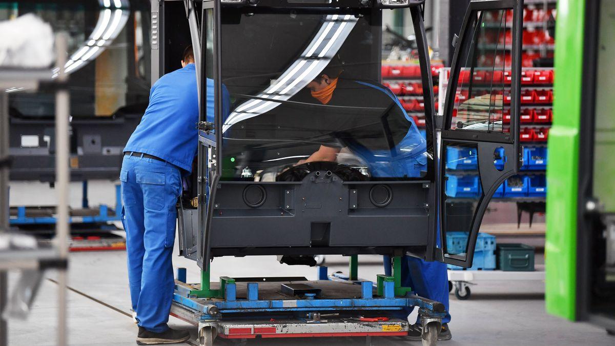 Mitarbeiter montieren eine Fahrerkabine
