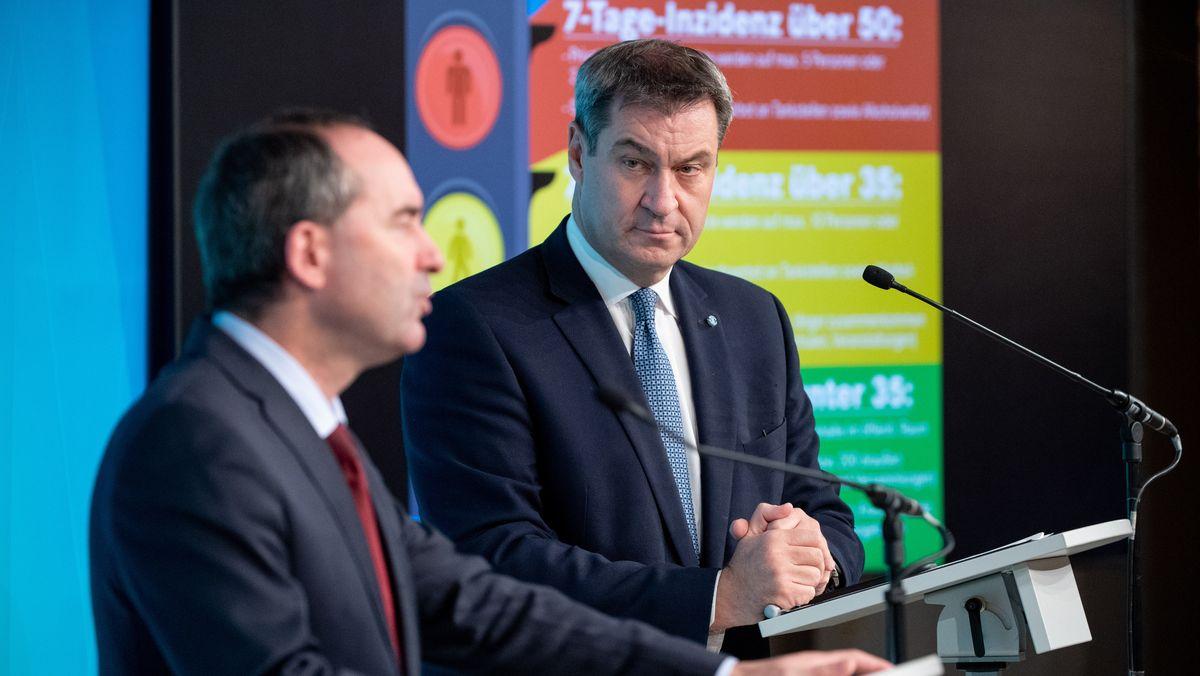 """Bayerns Ministerpräsident Söder (r.) und Wirtschaftsminister Aiwanger (l). bei der Vorstellung der """"Corona-Ampel"""" am 15.10.20."""