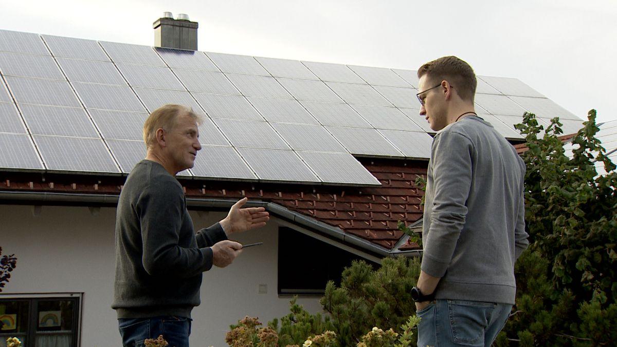 Günter Mögele und Joachim Klaus überwachen auf einem Tablet die Leistung der Photovoltaik-Anlage auf Mögeles Dach.