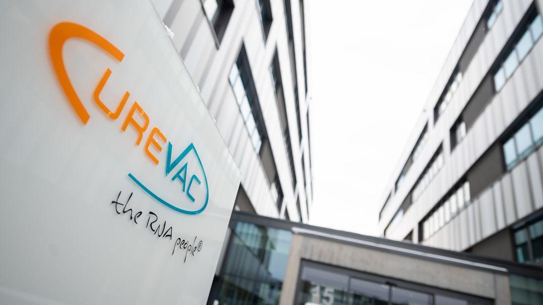 """Das Logo des Biotech-Unternehmen Curevac mit dem Slogan """"the RNA people"""" steht an der Unternehmenszentrale"""