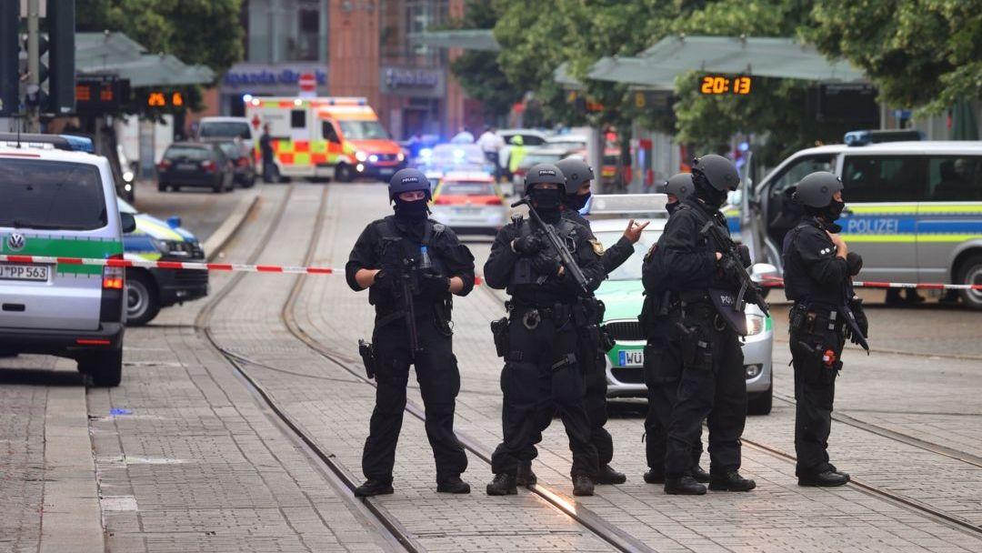 Polizisten sperren nach einer Messerattacke am Freitag, 25.6. den Tatort ab.
