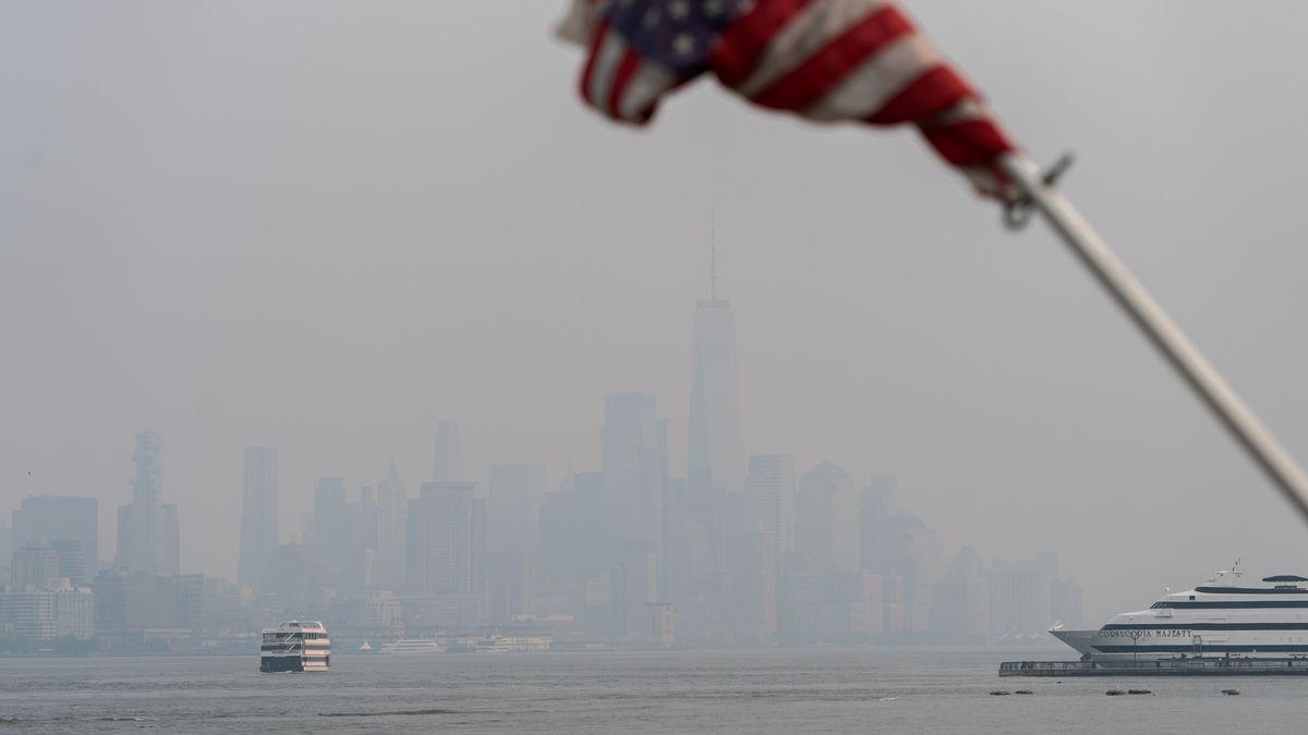 Die Skyline von New York ist durch den Feinstaub der Waldbrände kaum erkennbar