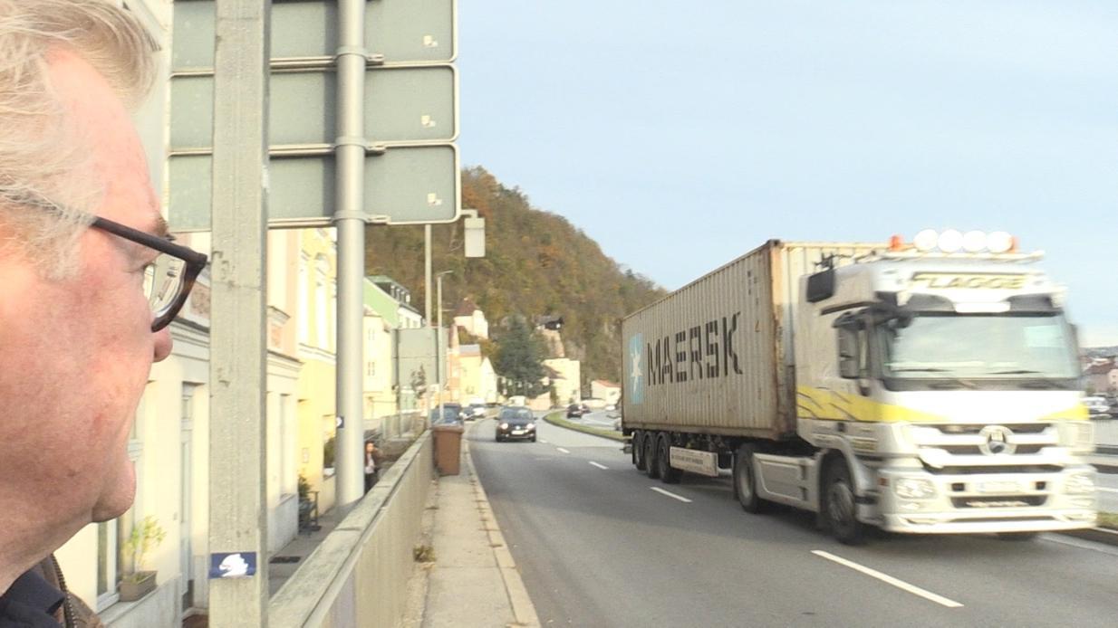 Der Anger, so heißt die B12 auf der nördlichen Donauseite in Passau. Jeden Tag rollen hier 1.200 Lastwagen vorbei.