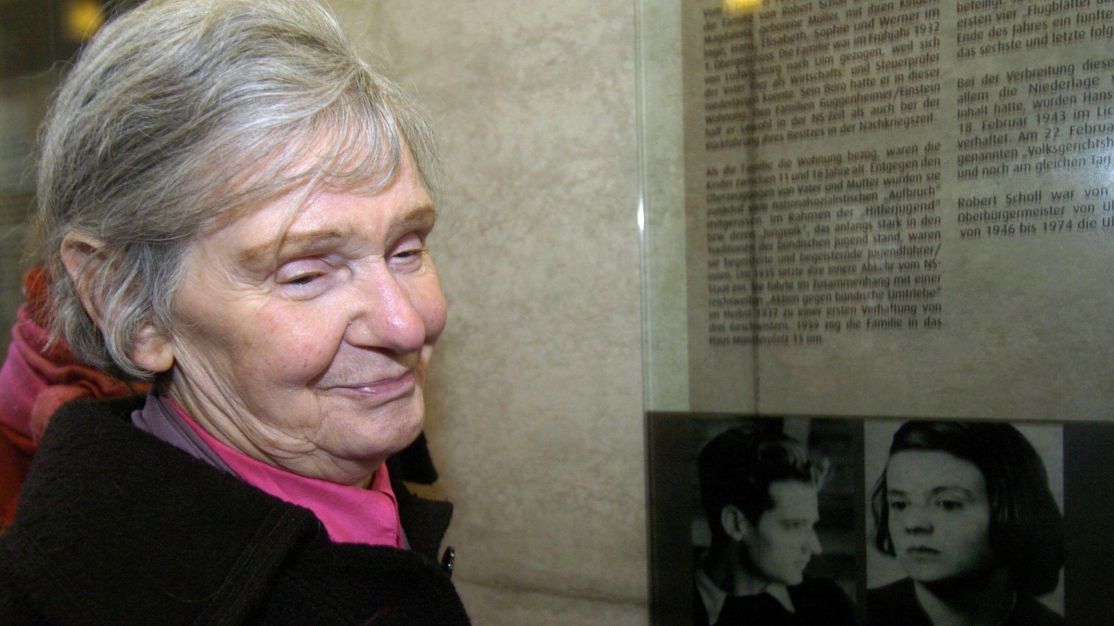 Elisabeth Hartnagel- Scholl steht im früheren Wohnaus ihrer Eltern in Ulm vor einer Gedenktafel zu Ehren ihrer Geschwister Hans und Sophie Scholl.  (Archivbild 2005)
