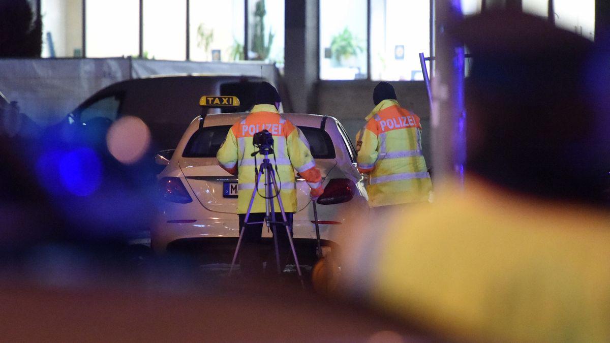 Zwei Polizisten stehen nach dem Unfall mit vier Verletzten am Münchner Hauptbahnhof.