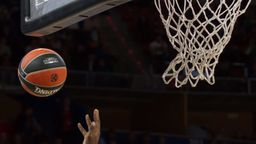 Basketball-Korb und Basketball | Bild:picture-alliance/dpa