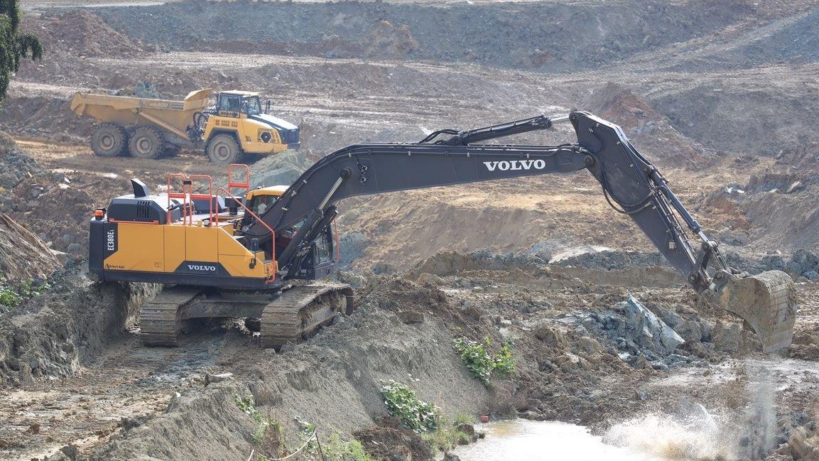 Das Mineral Bentonit liegt in zehn bis 15 Metern Tiefe. Zunächst wird Erde und eine Humusschicht abgegraben.