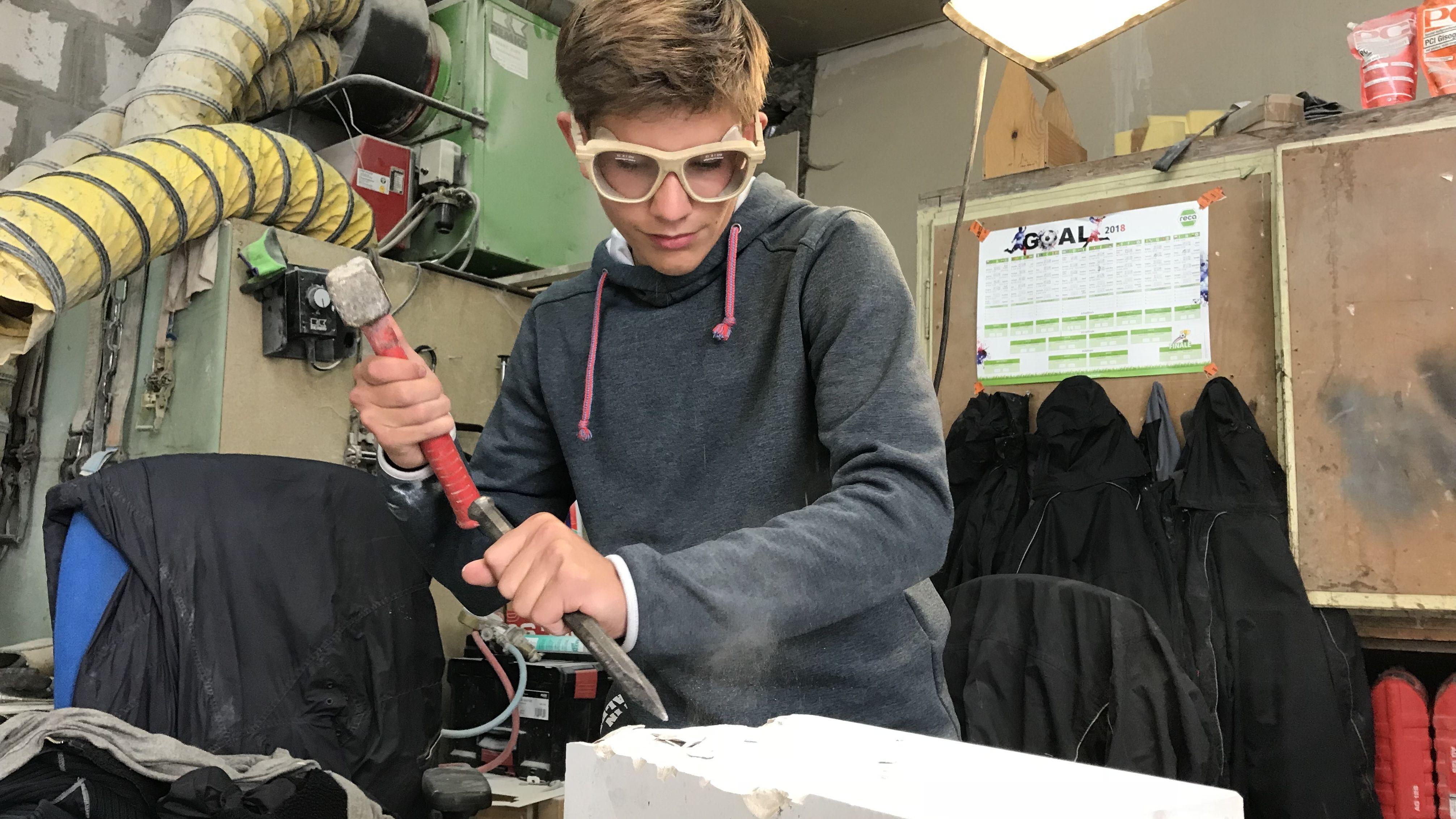Elias Probst aus Hopferau (Lkr. Ostallgäu) hat zum 01.09.2018 eine Lehre im Steinmetzbetrieb seines Vaters begonnen. Steinmetz sei sein Traumberuf, sagt der 15-jährige. Er ist einer von nur zehn Azubis in ganz Schwaben. Bis zur Berufsschule in München hat der Junge aus dem Ostallgäu gut 120 Kilometer.