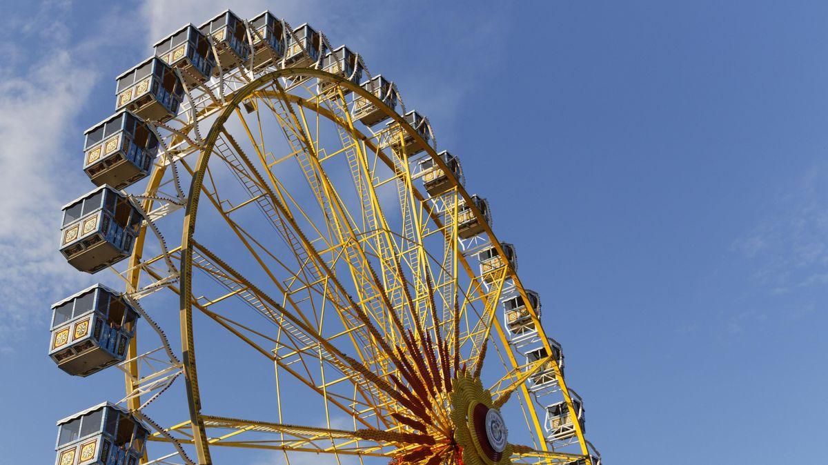 Riesenrad vor leuchtend blauen Himmel
