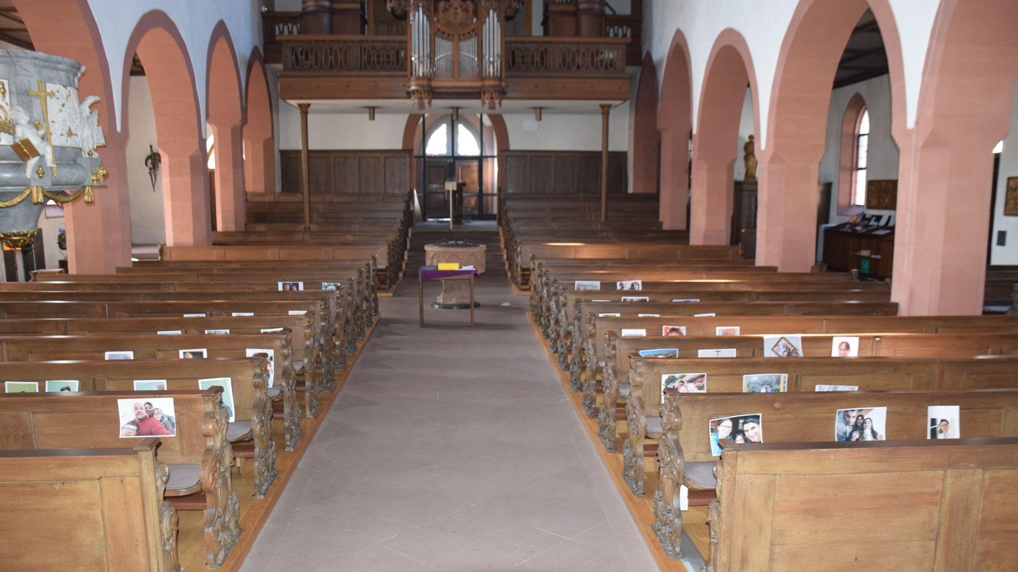 Die Stadtpfarrkirche Lohr hängt Selfies in der Kirche auf.