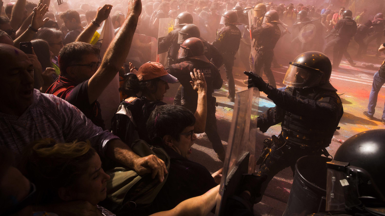 Demonstranten in Barcelona bewerfen Polizisten mit Farbbeuteln