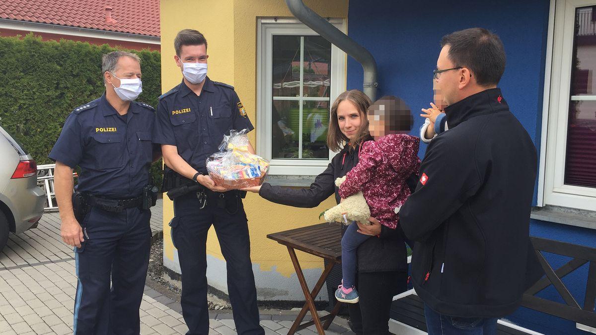 """Polizisten zu Besuch bei dreijähriger """"Falschparkerin"""""""