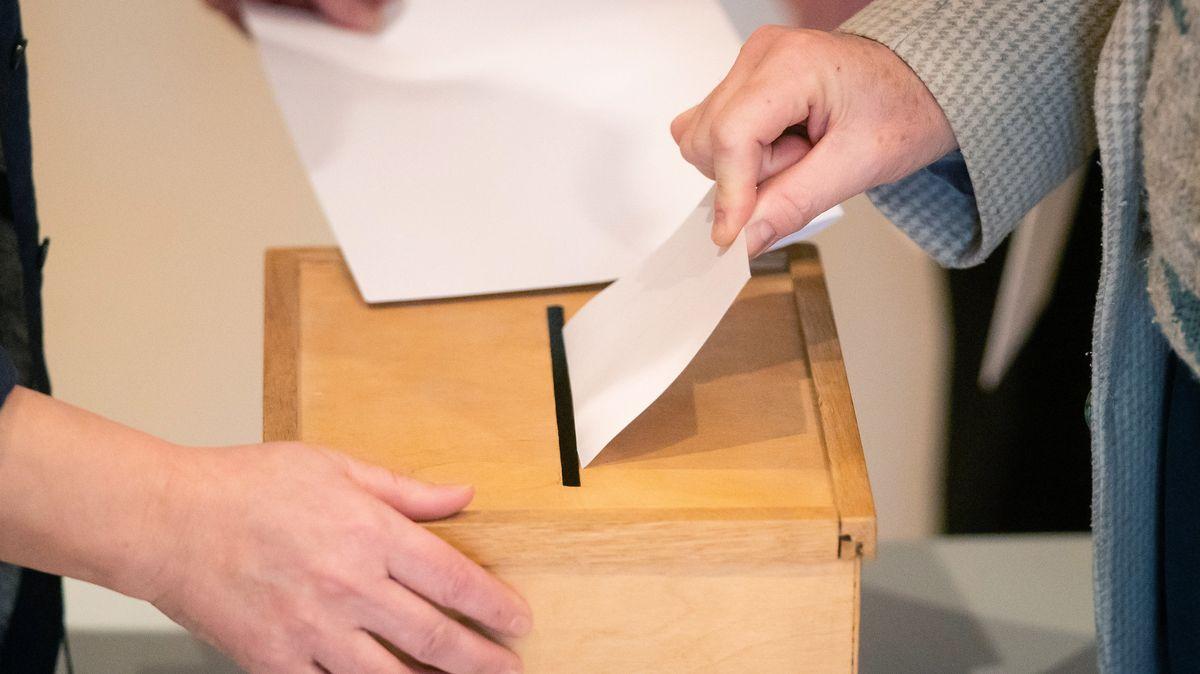 Eine Frau steckt ihren Wahlzettel in die Wahlurne (Symolbild)