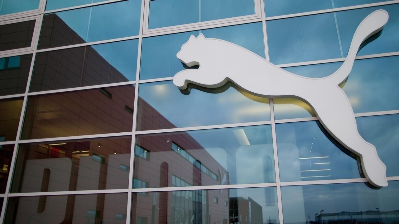 Das Logo des Sportartikelherstellers Puma auf einer Fensterfront.