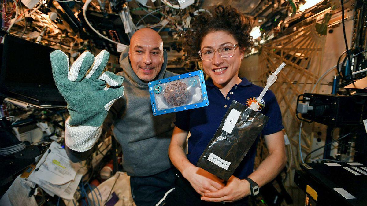 Die Astronautin Christina Koch (rechts) mit Luca Parmitano und dem ersten kläglichen Backversuch. Nun sind die Kekse erstmals gelungen.