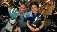 Die Astronautin Christina Koch (rechts) mit Luca Parmitano und dem ersten kläglichen Backversuch. Nun sind die Kekse erstmals gelungen.    Bild:Nasa/AP/dpa