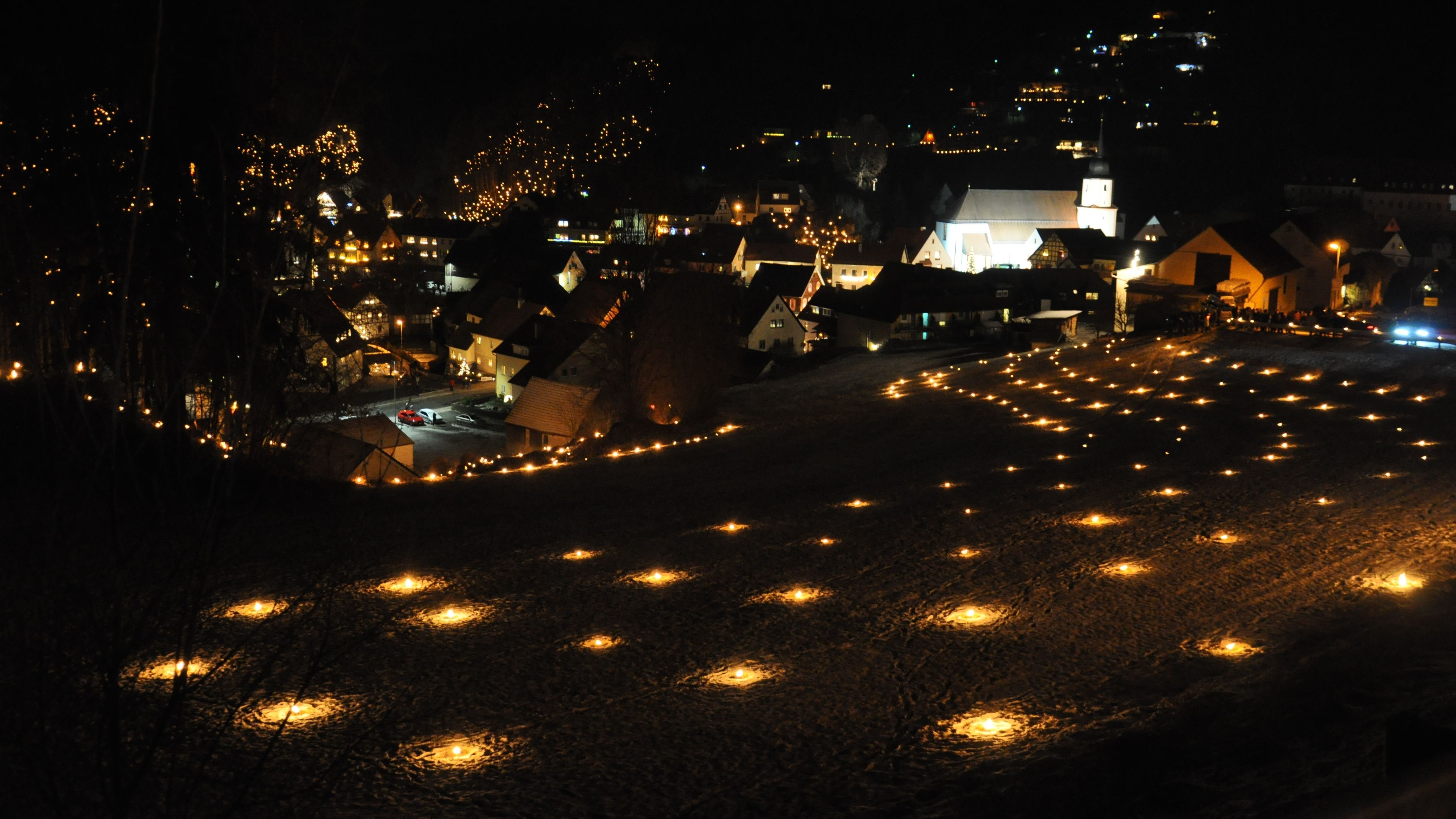 Viele Tausend Lichter erleuchten nach Einbruch der Dunkelheit den Ort Obertrubach.