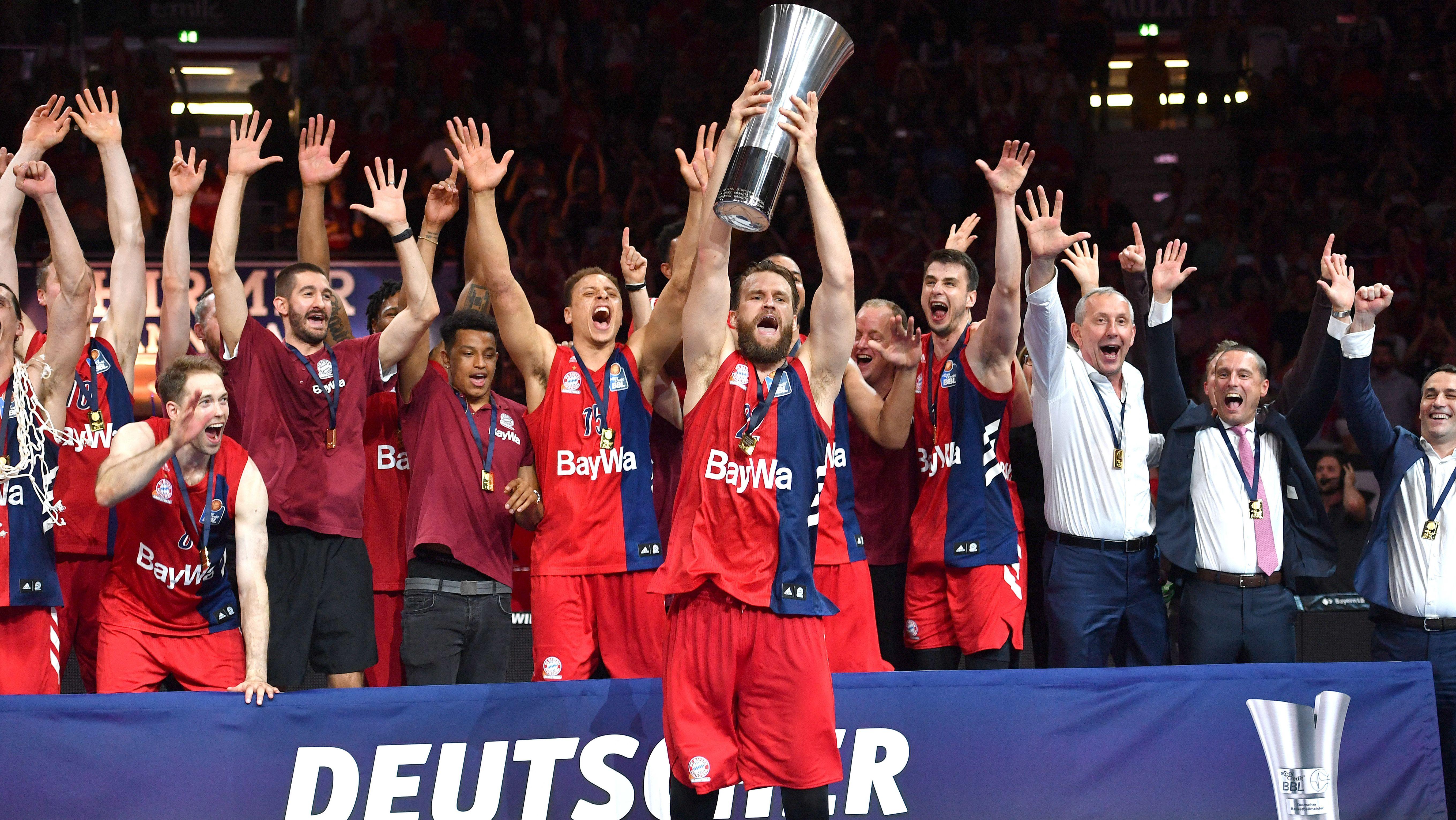 Danilo Barthel mit dem Meisterpokal