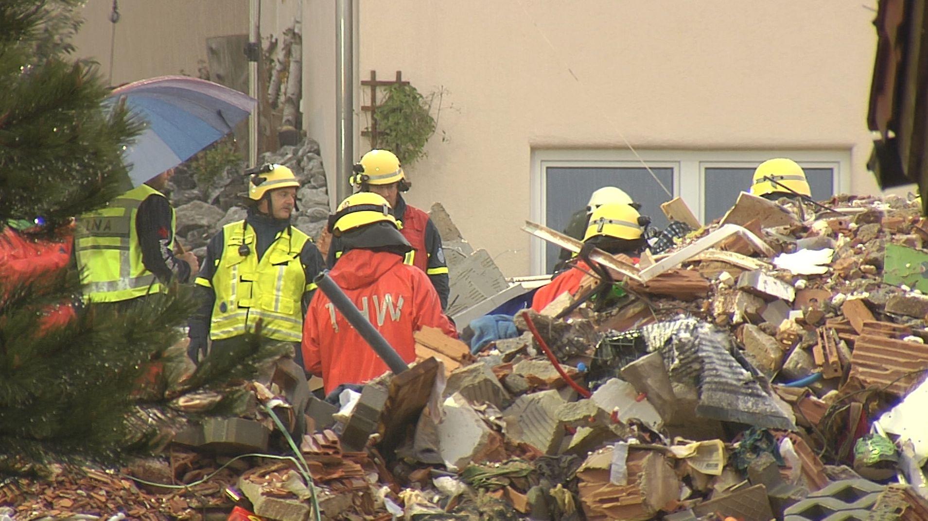 Nach der Explosion eines Wohnhauses im Ostallgäu haben die Rettungskräfte am Morgen ein totes Mädchen aus den Trümmern geborgen.