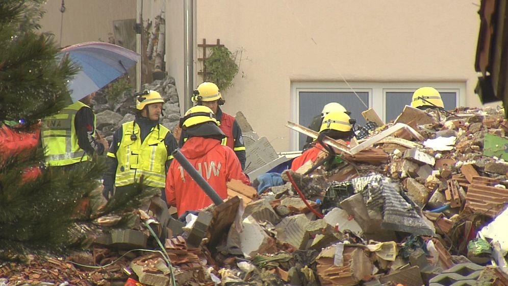 Nach der Explosion eines Wohnhauses im Ostallgäu haben die Rettungskräfte am Morgen ein totes Mädchen aus den Trümmern geborgen. | Bild:BR