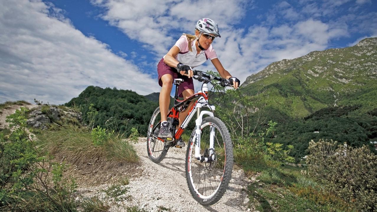 Mountainbikerin in den Alpen (Symbolbild)