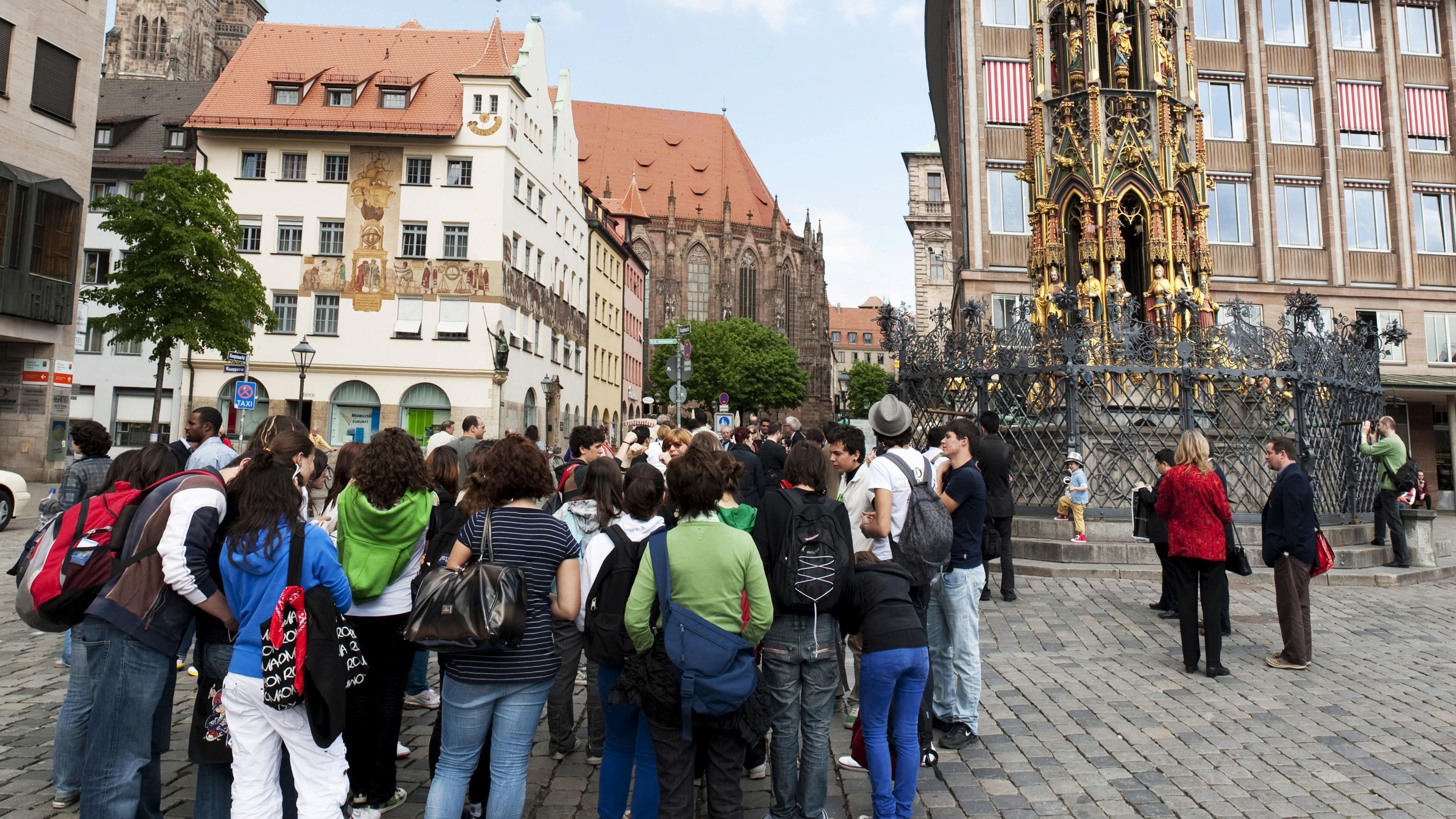 Touristengruppe vor dem Schönen Brunnen in Nürnberg