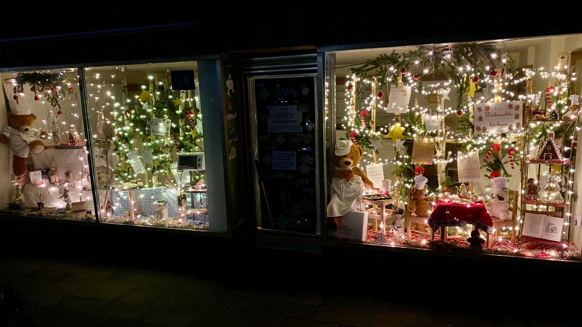 Weihnachtlich dekoriertes Fenster in Falkenstein