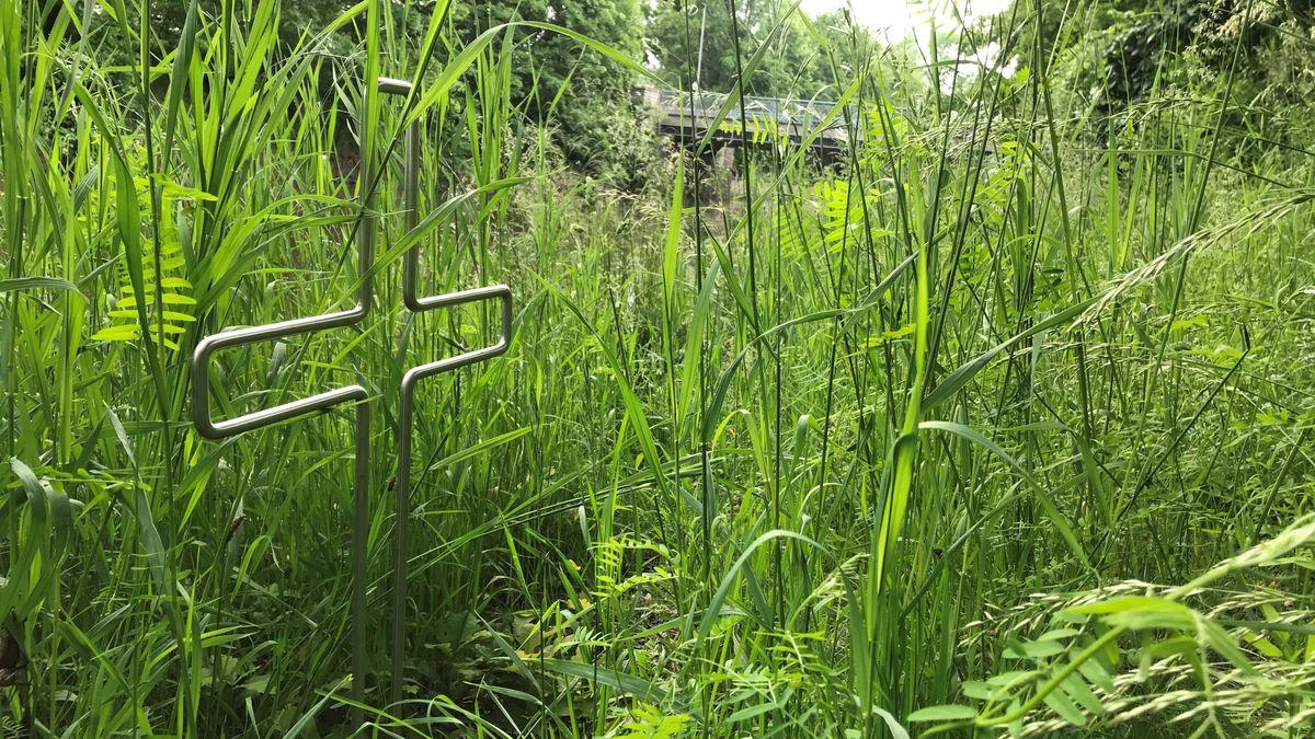 Ein kleines Kreuz steht am Flutkanal in Weiden. Hier ist im September der 22-Jährige ertrunken.