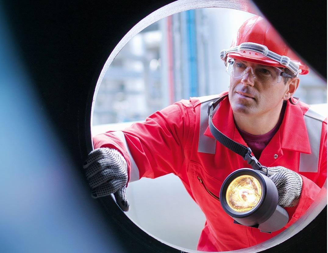 Ein Arbeiter in einer Pipeline