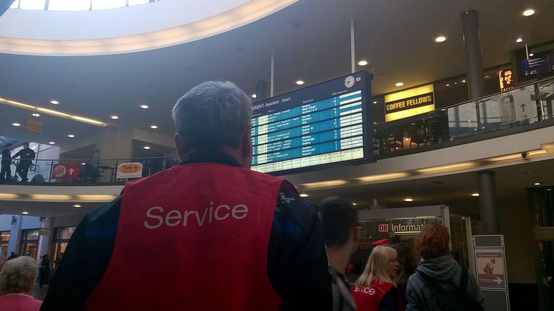 Service-Mann der Bahn vor einer Anzeigetafel in Nürnberg