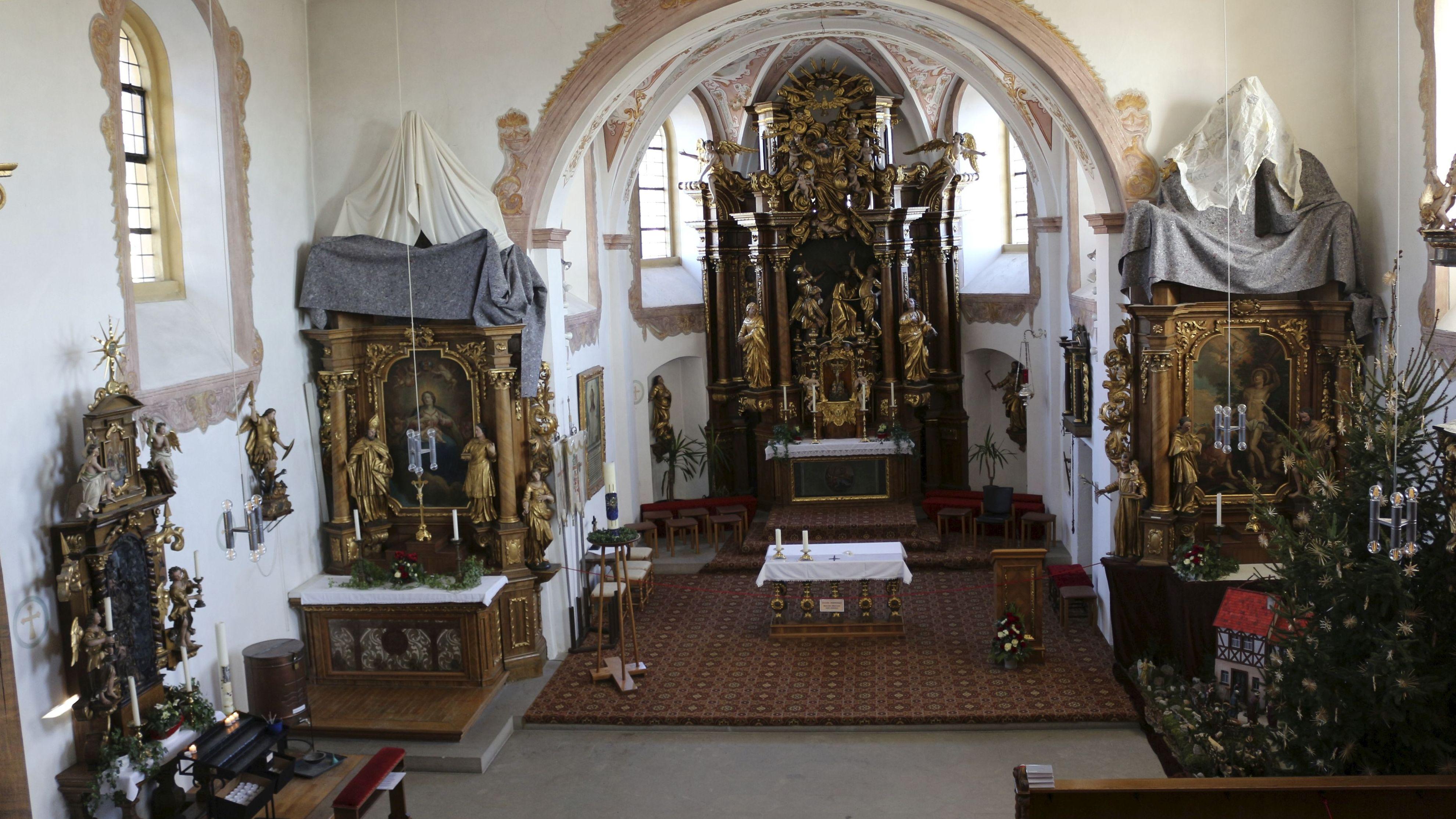 Das Innere der Wallfahrtskirche St. Salvator in Hollfeld mit dem Hauptaltar, links daneben der frühbarocke  Gnadenaltar mit  einer Christusdarstellung.