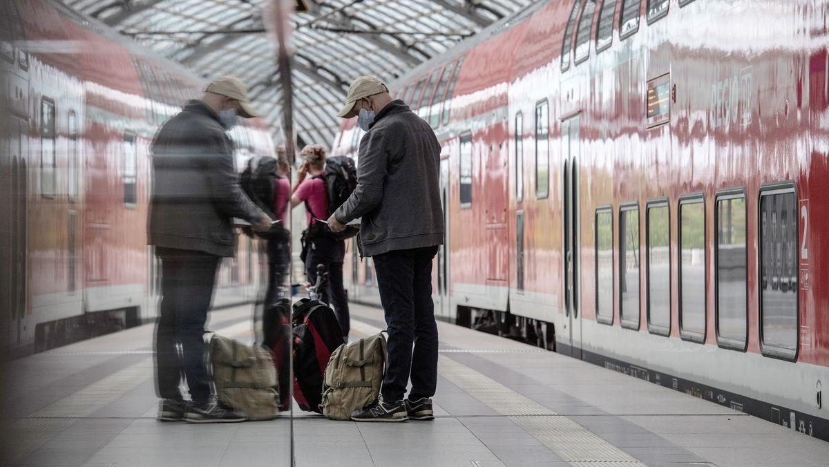 Bahnreisender mit Maske auf dem Bahnsteig eines deutschen Bahnhofs (Symbolbild)
