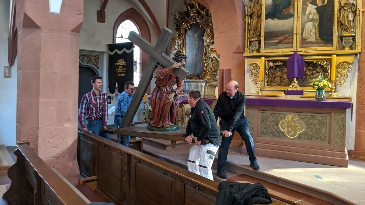 Ortsansässige Handwerker greifen dem Pfarrer unter die Arme