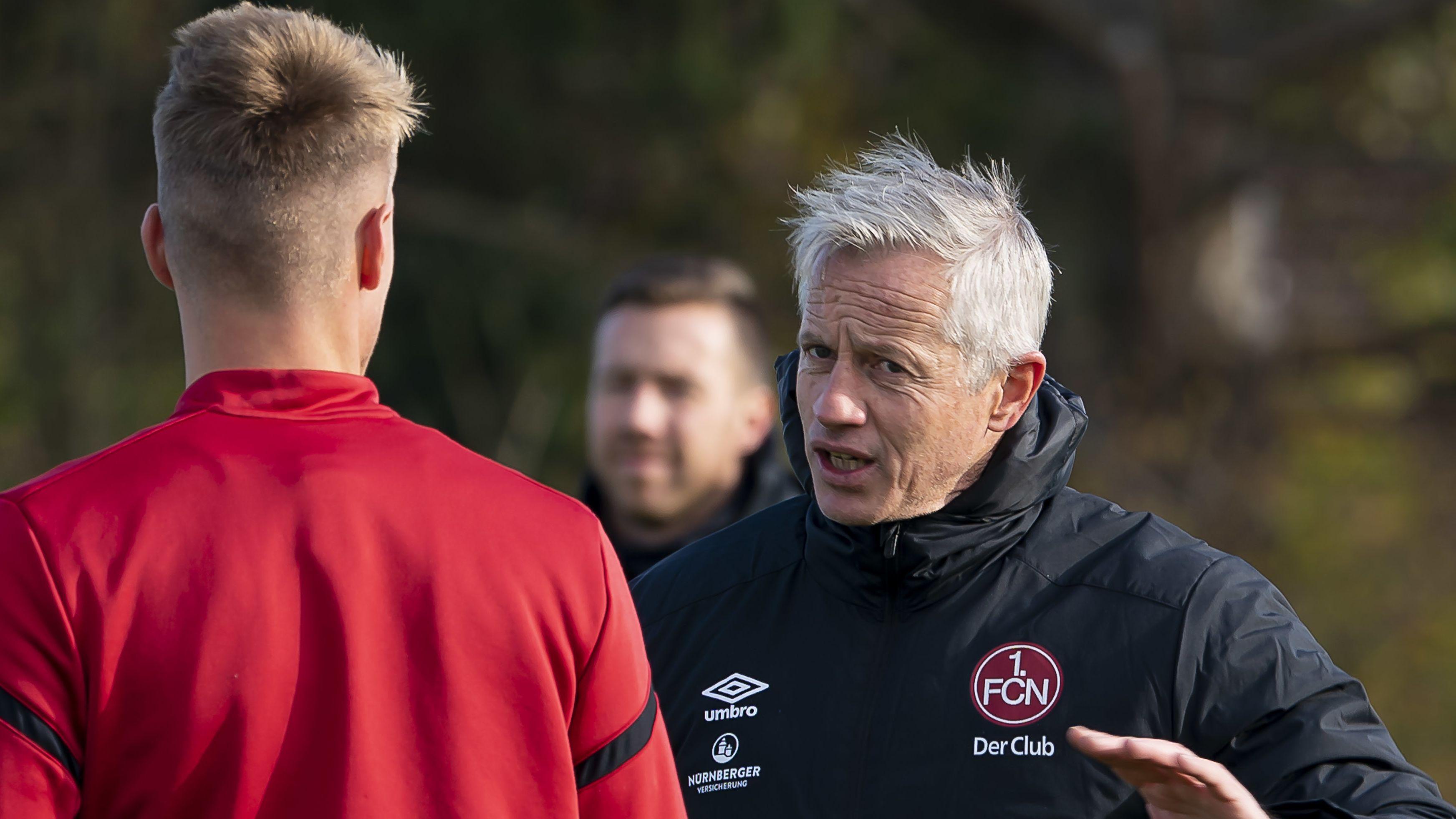 Nürnberg-Trainer Jens Keller im Gespräch bei einer Trainingseinheit