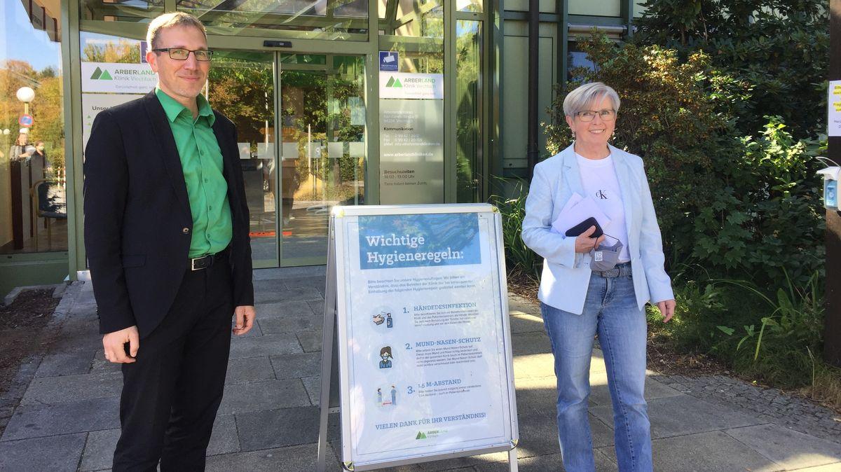 Vorstand Schmitz und Landrätin Röhrl vor der Arberlandklinik Viechtach.