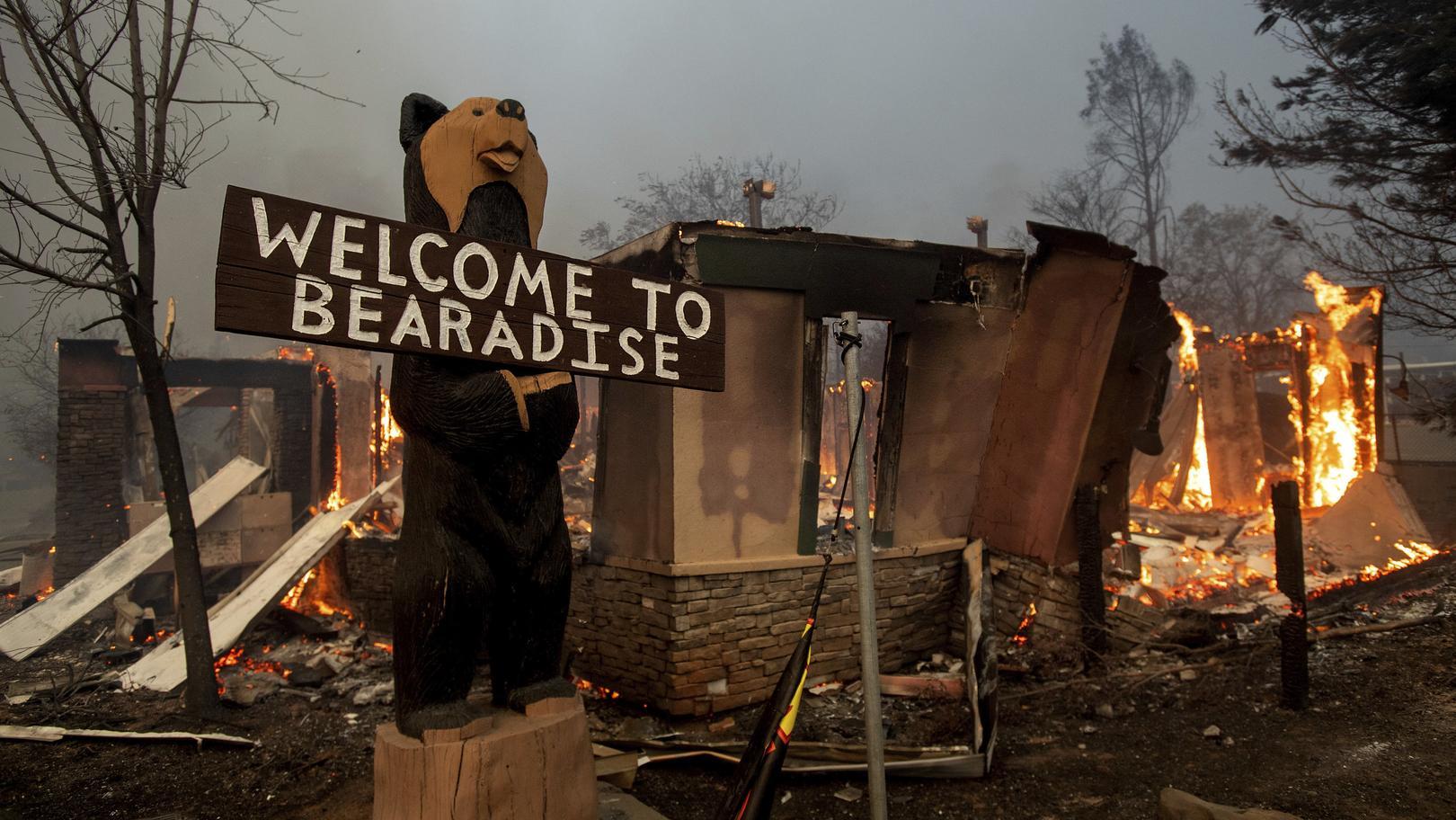 """08.11.2018, USA, Paradise: Ein Gebäude steht in Flammen, während sich das """"Camp Fire"""" durch die Stadt bewegt. Tausende Kalifornier sind am Donnerstag den 08.11.2018 vor einem rasch um sich greifenden Buschfeuer geflüchte"""