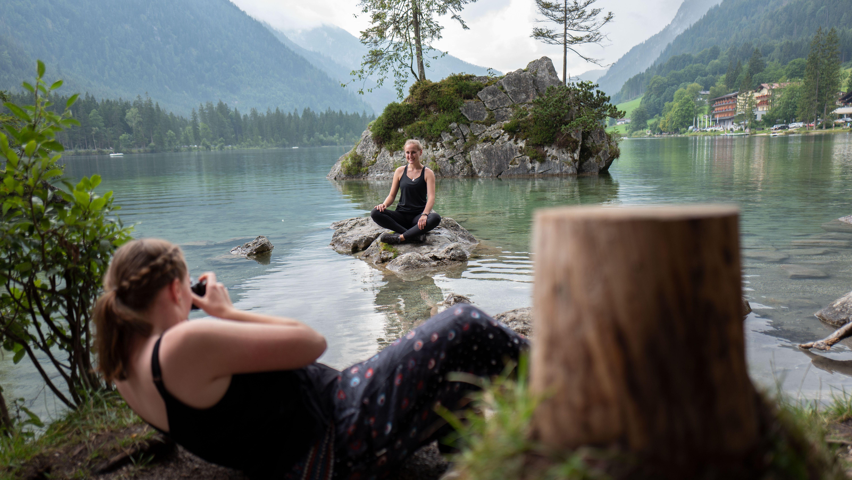 Evelyn fotografiert ihre Freundin am Hintersee im Berchtesgadener Land.