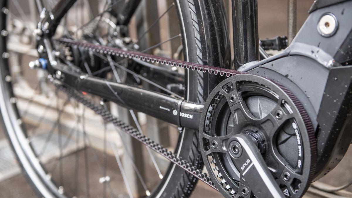 Detailansicht eines Riemenantriebs bei einem E-Bike